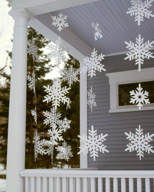 25 amazing diy outdoor christmas decorations on a budget 15 big snowflake streamers solutioingenieria Gallery