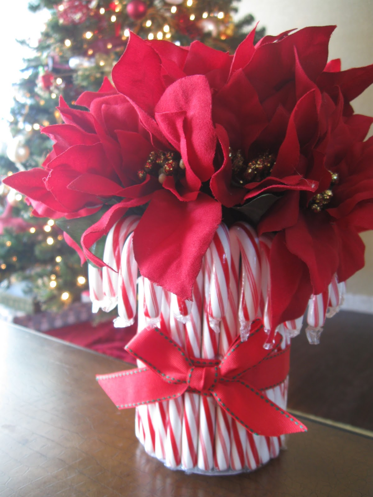 20 festive christmas centerpieces you can make yourself candy cane vase solutioingenieria Gallery
