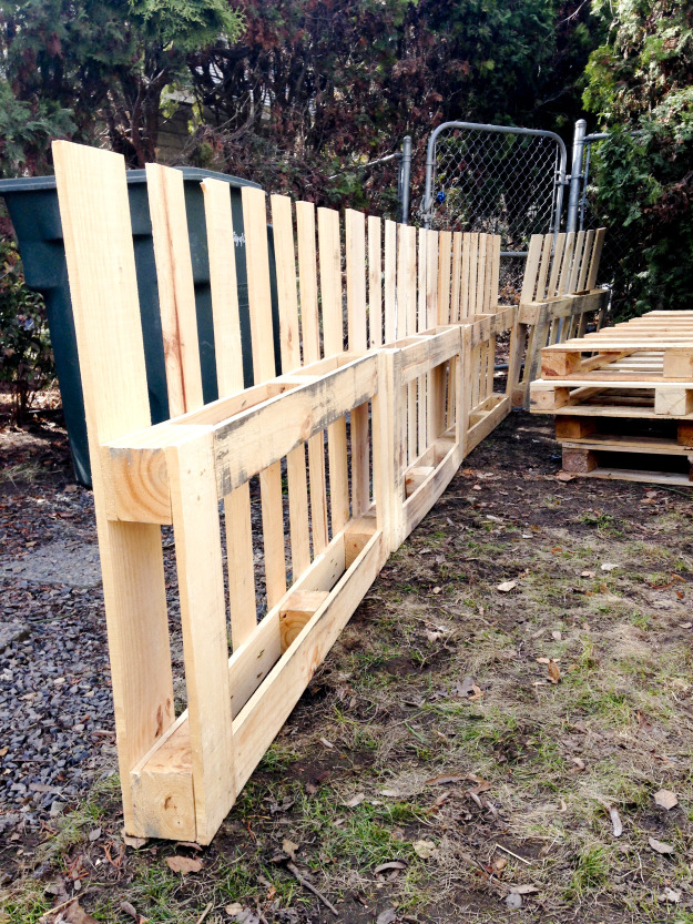 12 pallet fence ideas anyone can make for Idee gartenzaun