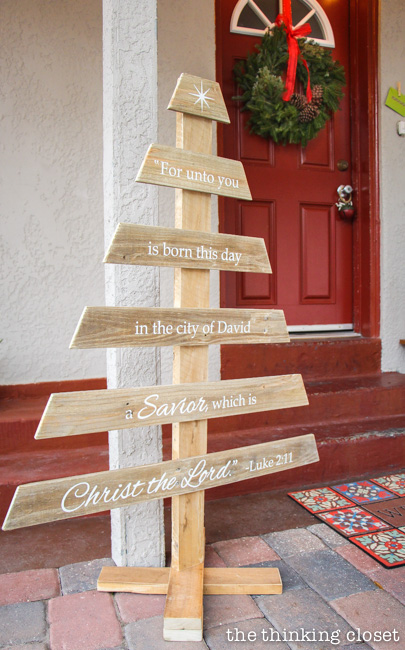13 - Pallet Christmas Decoration Ideas