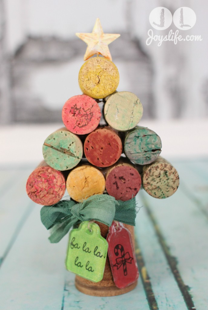 Turn wine corks into fun holiday decoration like this Christmas Tree