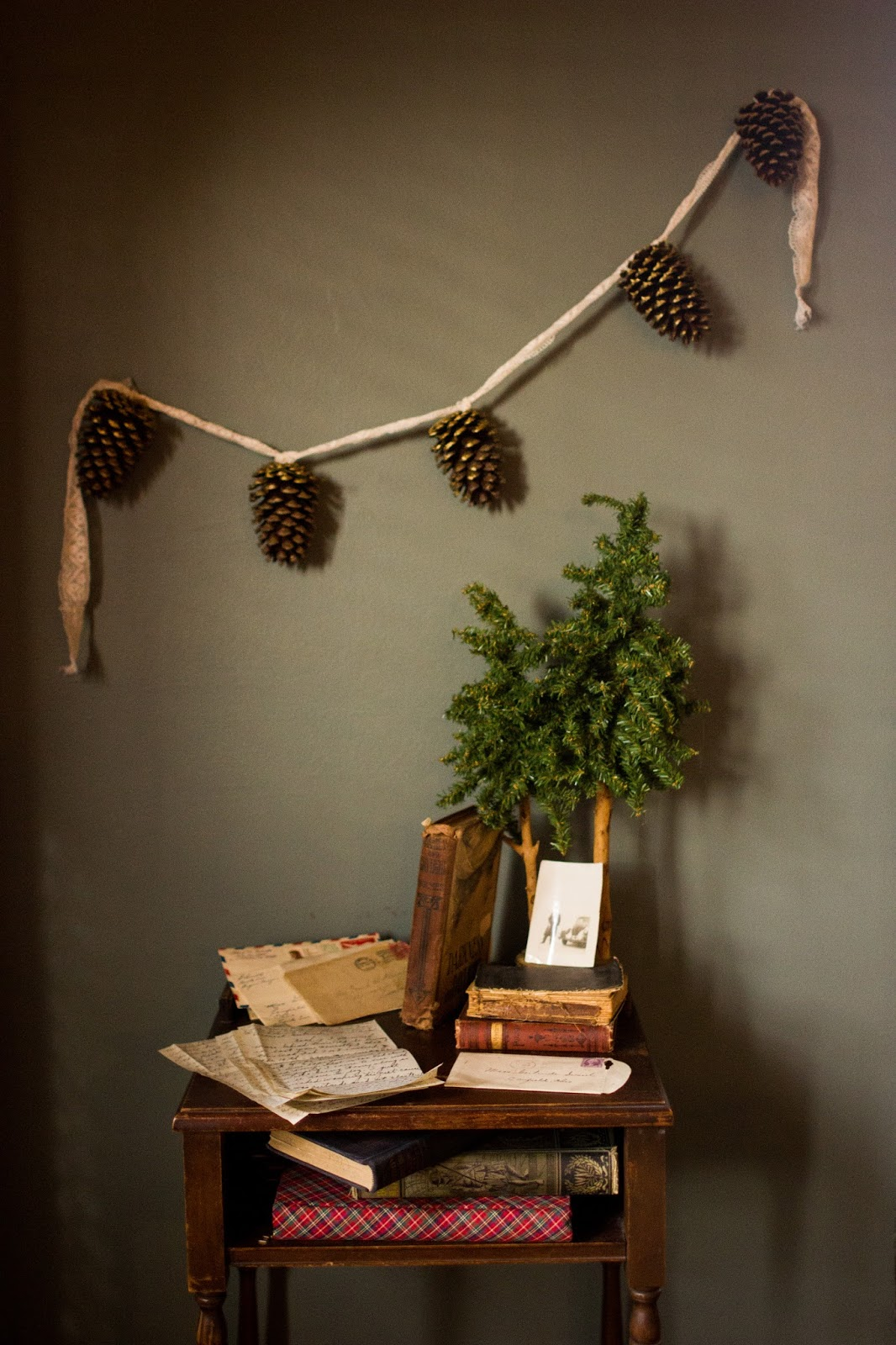 make this simple festive pine cone garland
